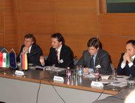 Teilnehmer der Arbeitsgruppe Nachbarn diskutieren intensiv über deutsche und ungarische Perspektiven der europäischen Nachbarschaftspolitik und die Zukunft der Energiepolitik.