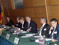 Die Teilnehmer des Panels während der Diskussion, v.l.n.r.: Dr. József Szájer, Rolf Mafael, Elmar Brok, Prof. Dr. Mathias Jopp, Prof. Dr. Klaus Hänsch, Dr. István Szent-Iványi.