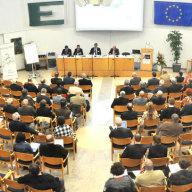 Blick in den Konferenzraum und das Podium des 15. Deutsch-Französischen Dialogs in Otzenhausen.