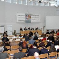 Blick in den Konferenzraum: Plenum und Podium