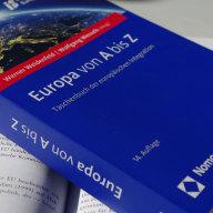 """""""Europa von A bis Z"""" Herausgegeben von Weidenfeld, Werner; Wessels, Wolfgang 14. Auflage 2016, ca. 500 S., brosch., ca. 22 € ISBN 978-3-8487-2654-7"""